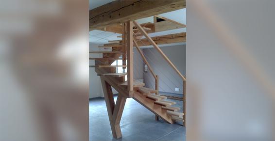 Escalier deux quarts tournant à crémaillère centrale en chêne rouge