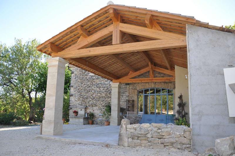 Réalisation d'une couverture de terrasse en bois et tuiles