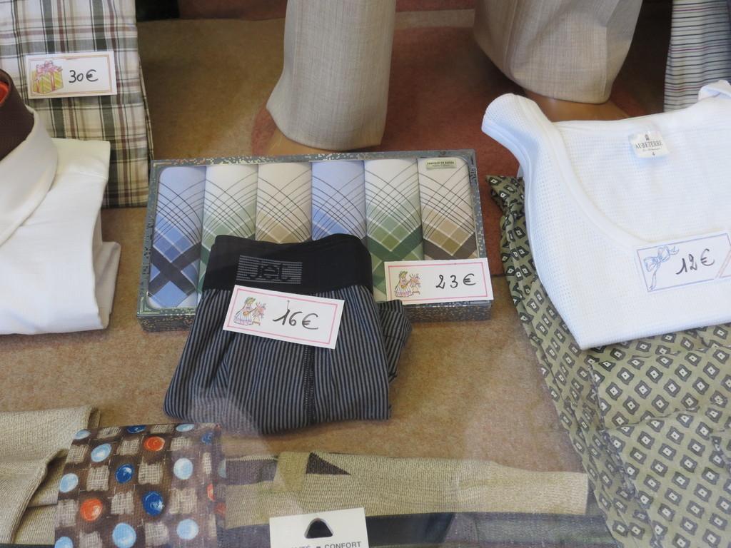 Caleçons, cravates, chemises à la boutique Vêtements Voiron