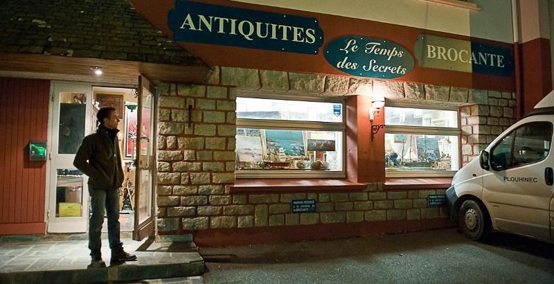 Vente de antiquités : faïences et meubles