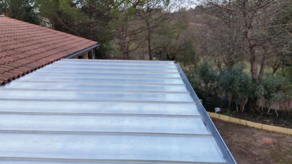 Couverture à joint debout en zinc naturel