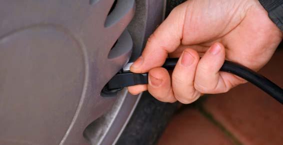 Centre du pneu d'occasion - contrôle de la pression du pneu