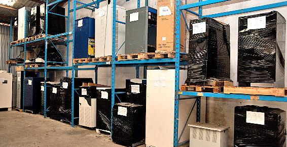 Transport, stockage et installation des onduleurs et batteries.