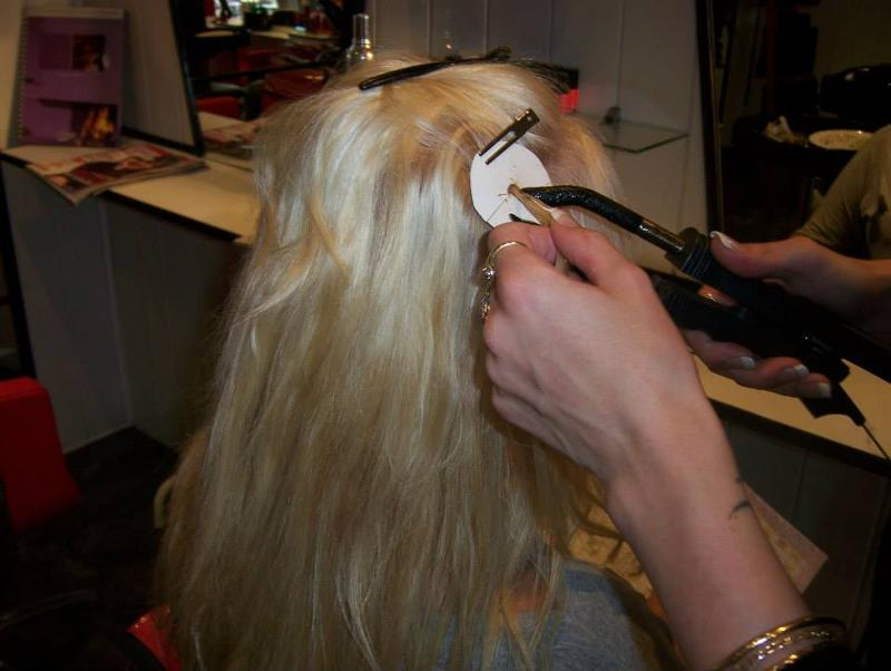Pose d'extension de cheveux au salon de coiffure à Vizille