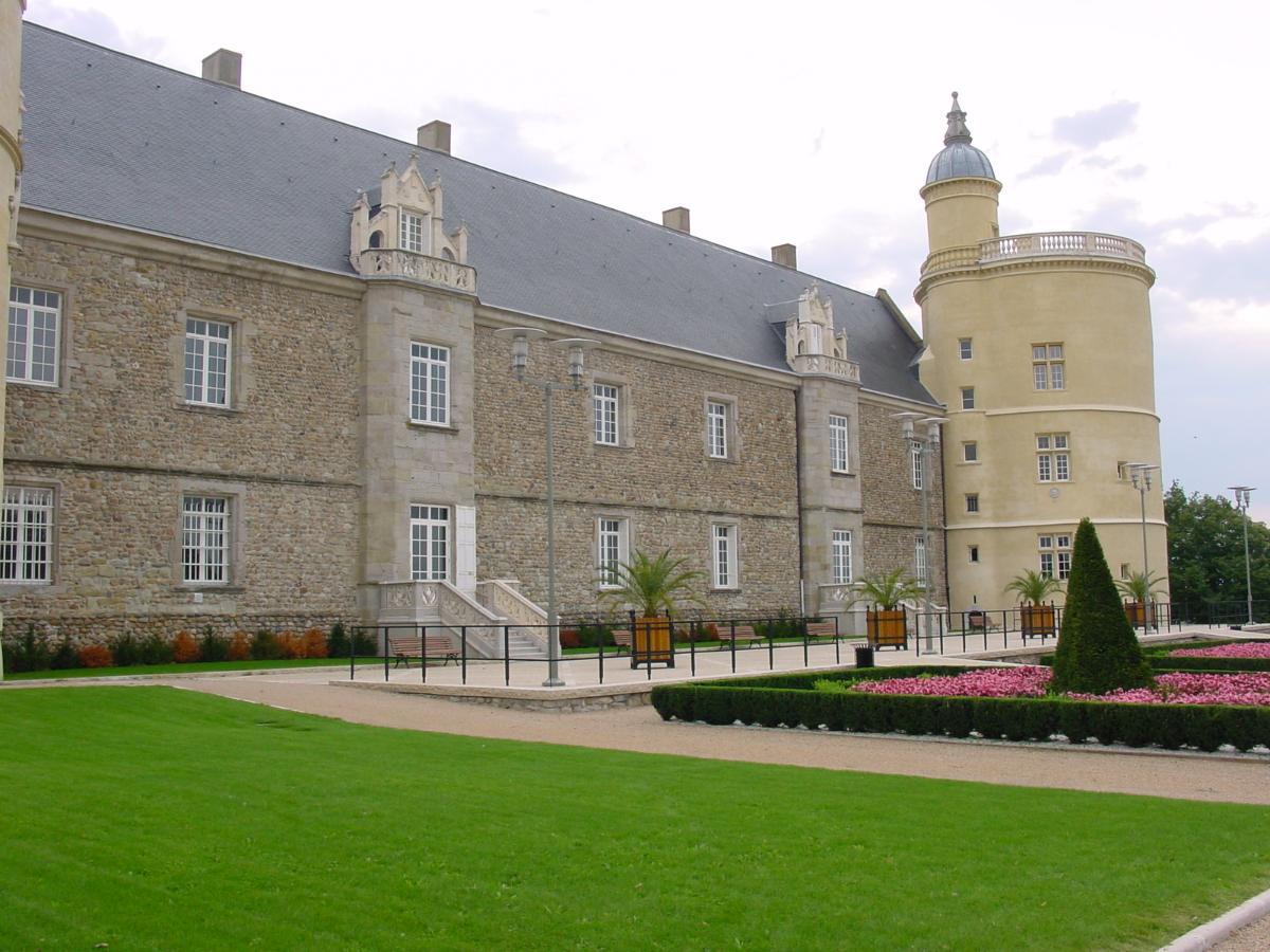 Château coté esplanade Château de Bouthéon Loire