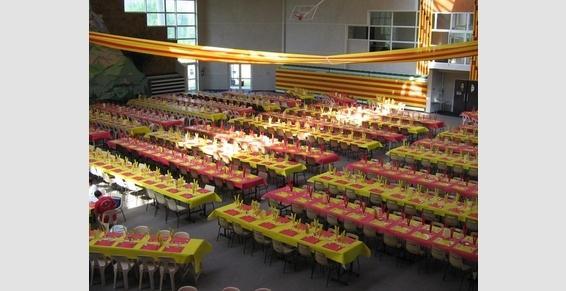 Un repas de 800 personnes dans la salle de sport
