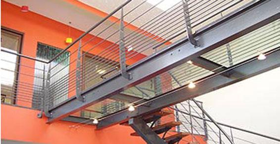 Escalier et passage en métal