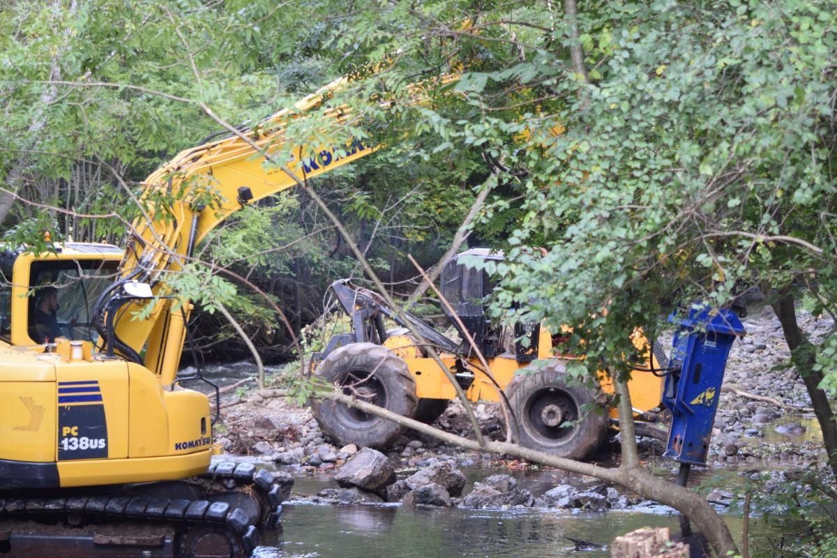 Démolition d'un ancien barrage.