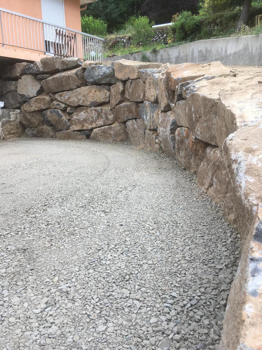 Apres. mur en parpaing démolie et enrochement réaliser avec 31/5 en finition devant garage.