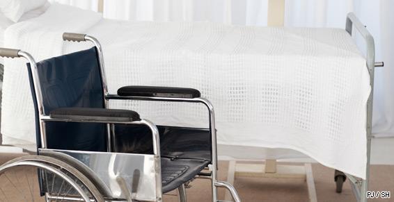 Une chambre un fauteuil roulant du matériel pour la réadaptation