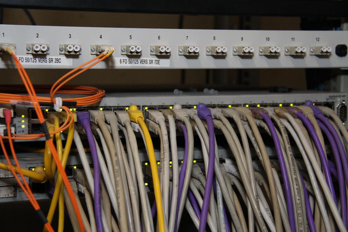 Branchement de câbles électriques sur un tableau sous forme araignée
